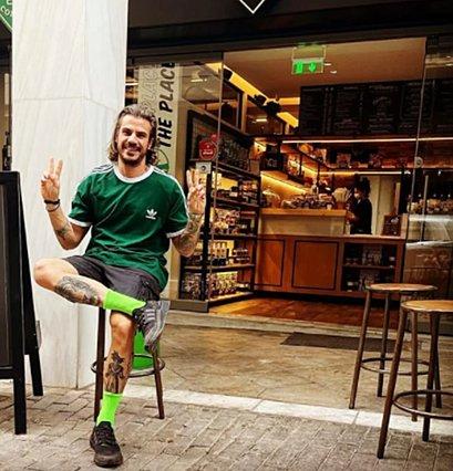 Άκης Πετρετζίκης: Ακόμη περιμένει τον υιό - Η πρώτη φωτογραφία της συντρόφου του που μοιράστηκε