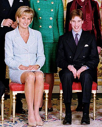<p>Στη φωτογραφία αυτή, μαμά και γιος ποζάρουν χαμογελαστοί σε επίσημη εκδήλωση στις 9 Μαρτίου του 1997. Πέντε μήνες μετά, και συγκεκριμένα στις 31 Αυγούστου του ίδιου χρόνου, η Diana θα έχανε τη ζωή