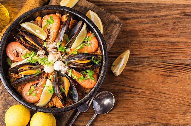 Η απόλυτη συνταγή για paella με θαλασσινά, chorizo και πιπεριές