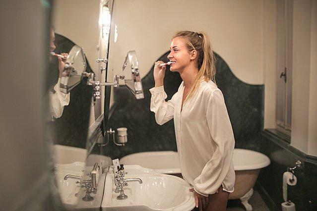 Βουρτσίζεις τα δόντια σου πολύ σκληρά; 3 πράγματα που δείχνουν ότι τους κάνεις ζημιά και προτάσεις για λύση του προβλήματος