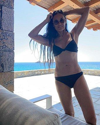 Demi Moore: Οι φωτογραφίες της από τη Μυκόνο με μπικίνι κάνουν τον γύρο του διαδικτύου