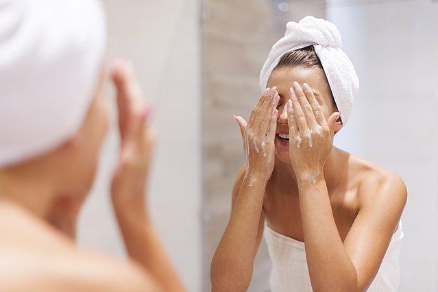 Τι συμβαίνει στο δέρμα σου τις εβδομάδες πριν την περίοδο