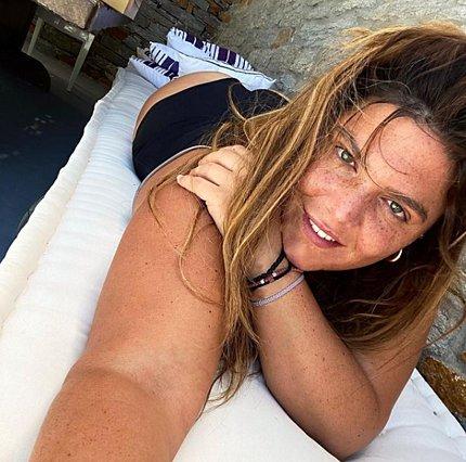 Δανάη Μπάρκα: Ποζάρει topless και μιλάει για τους  τοξικούς και κομπλεξικούς