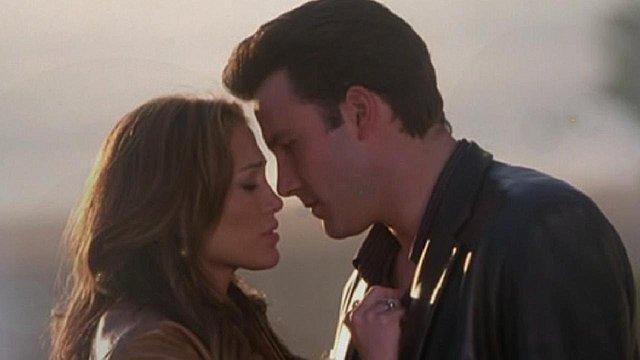 <p>Η Jen και o Ben σε κινηματογραφικό φιλί στο παρελθόν.</p>