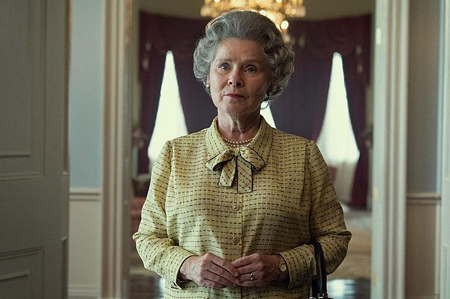 The Crown: Η πρώτη φωτογραφία από τον πέμπτο κύκλο αποκαλύπτει τη «νέα» βασίλισσα Ελισάβετ