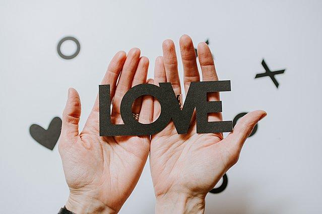5 στοιχεία στη συμπεριφορά του που δείχνουν ότι είναι ερωτευμένος μαζί σου