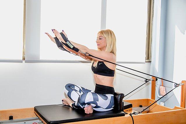 Pilates: Aσκήσεις με το  μαγικό  reformer που θα μεταμορφώσουν τα χέρια σας