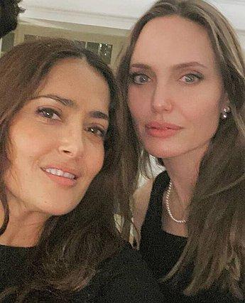 Η Angelina Jolie βουτάει το κεφάλι της Salma Hayek μέσα σε μια τούρτα [video]