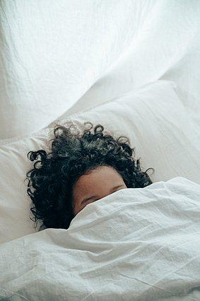 Πόσο πραγματικά χρειάζεσαι για να ανακάμψεις μετά από μια νύχτα αϋπνίας