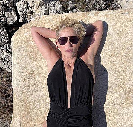 Sharon Stone: Ποζάρει με μαύρο ολόσωμο μαγιό στα 63 της και απολαμβάνει τη ζωή όσο ποτέ άλλοτε