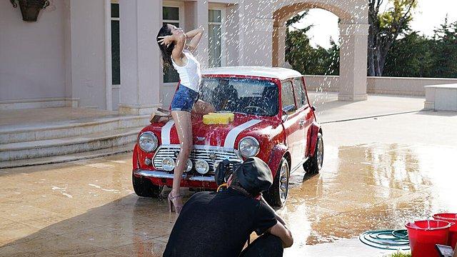 GNTM: Η δοκιμασία με το πλύσιμο του αυτοκινήτου και τα 20 μοντέλα που πέρασαν στο σπίτι [video]