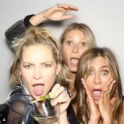 <p>Η Gwyneth Paltrow με τις κολλητές της φίλες, Kate Hudson και Jennifer Aniston στα 50ά γενέθλια της δεύτερης πριν από δύο χρόνια.</p>