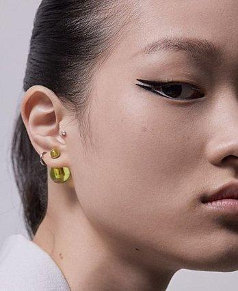 O Dior πρότεινε ένα σύγχρονο cat eye look που αξίζει να δοκιμάσεις