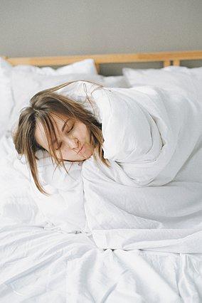 Οι 3 λόγοι για τους οποίους είναι καλό να αποφεύγεις να κάνεις ντους αμέσως πριν κοιμηθείς το βράδυ