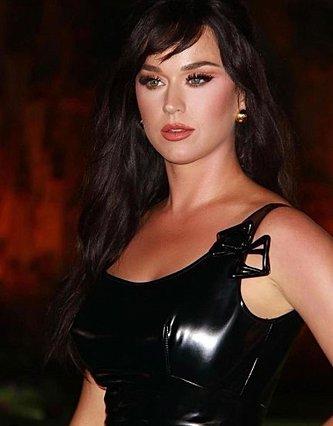 Katy Perry: Η στιγμή που ο Orlando Bloom τρέχει στη σκηνή να τη βοηθήσει