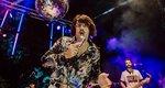 Τόνι Σφήνος: Κατέρρευσε η εξέδρα την ώρα που τραγουδούσε (βίντεο)