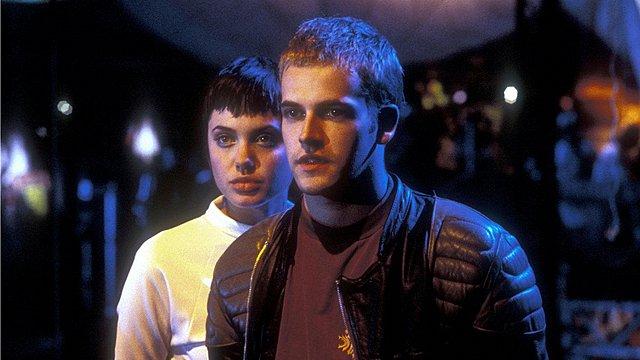 <p>Η φωτογραφία από την ταινία Hackers στην οποία συμπρωταγωνιστούσαν οι δυο ηθοποιοί το 1995</p>